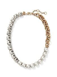 Collier à perles et bijoux variés